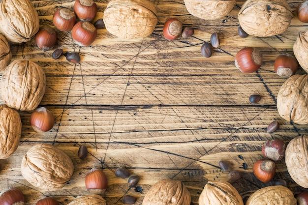クルミ、ヘーゼルナッツ、杉の暗い木製のテーブル