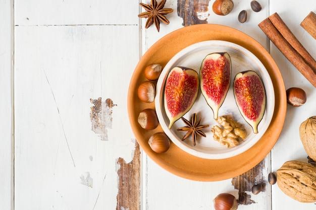 Рис анис корица анис на тарелку старой деревянной поверхности. копировать пространство