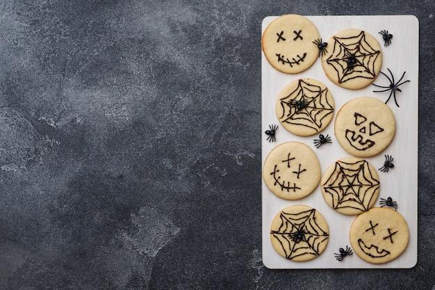 ハロウィーン用の自家製クッキー、変な顔のクッキー、クモの巣