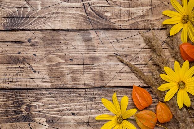 木製の背景に秋の花