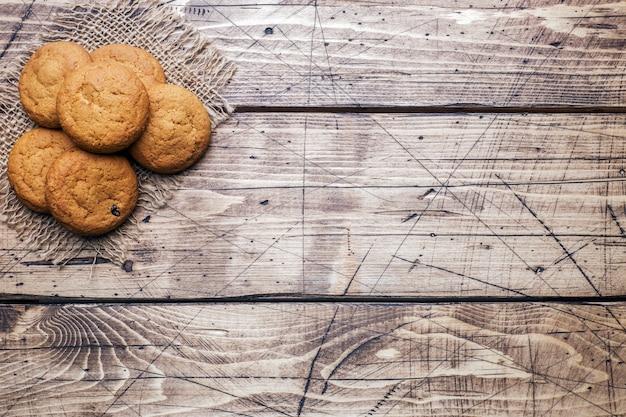 木製の自然なオートミールクッキー。素朴なスタイル。