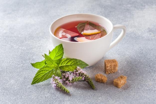 お茶、ミント、レモンの灰色のテーブル