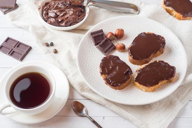 チョコレートヘーゼルナッツのサンドイッチは、プレートに広がった。