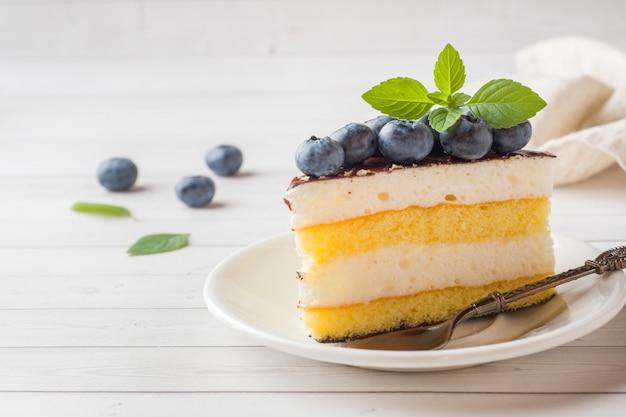 Торт из суфле с глазурью и свежей черникой. копировать пространство