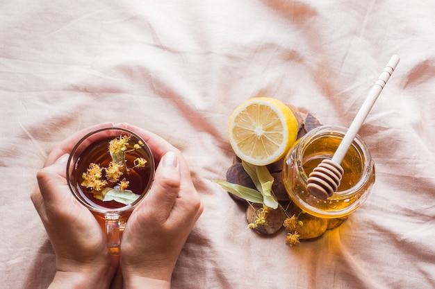 リンデン、蜂蜜、レモン入りのお茶。