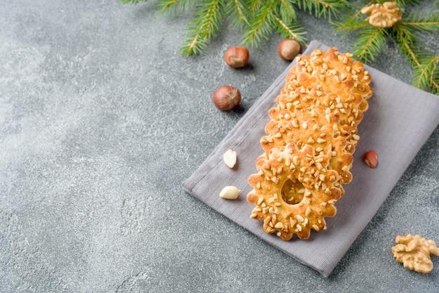 クリスマスショートブレッドクッキーとナッツ。