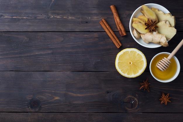 天然ハーブティージンジャーレモンと蜂蜜シナモンのホワイトカップ。
