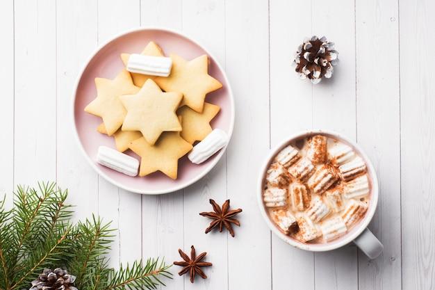 クリスマスの組成、ホットチョコレートクッキー、松の枝、シナモンスティック、アニスの星。
