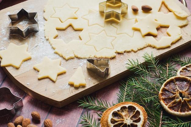 麺棒クッキーカッターシナモン小麦粉卵バター生地
