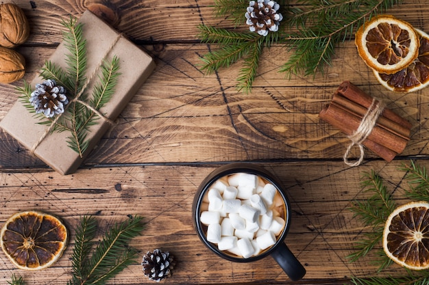 マシュマロシナモンスティック、アニス、木の上のナッツ入りのホットチョコレート