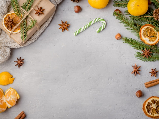 Мандарины, еловые ветки и корица, анис, праздничное оформление фона