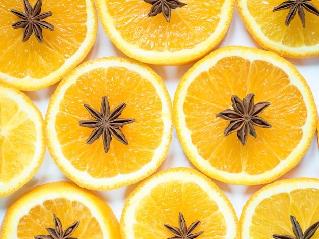 オレンジスライスとスターアニスの柑橘系の果物と抽象的な背景。