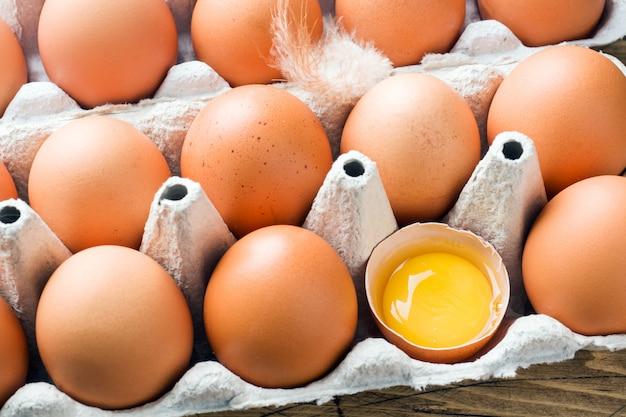 元の包装の茶色の生卵。閉じる