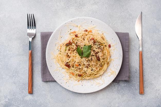 野菜ソースとチーズのスパゲッティパスタボロネーゼ。
