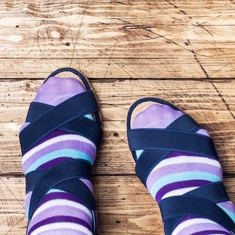 靴下とサンダルの女性の足
