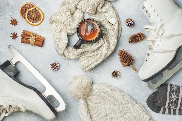 Коньки, теплая одежда и чашка горячего чая с ароматными специями