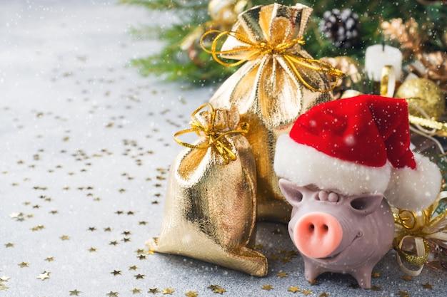 おもちゃ、貯金箱、枝のクリスマス組成
