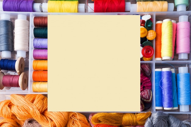 裁縫用ミシン。色のついた糸、
