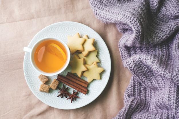 レモンとクッキー、蜂蜜とシナモンのスティック、ブランケットのスターアニスとお茶