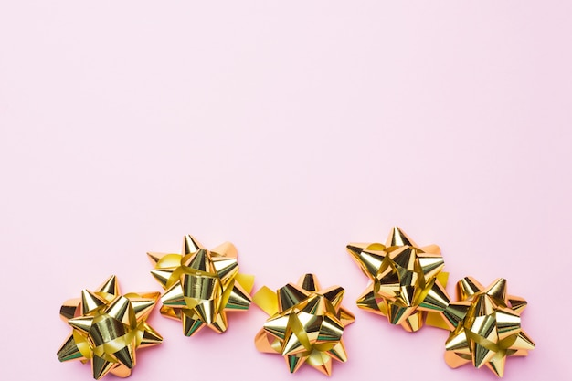 Золотые рождественские банты. концепция подарков на день рождения