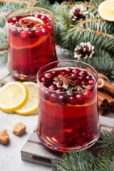 Клюквенный сок с лимоном и тростниковым сахаром. зимой горячий напиток.