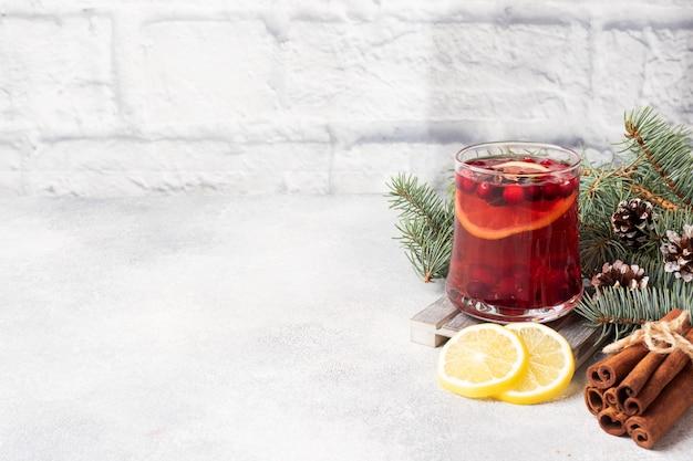Клюквенный сок с лимоном и тростниковым сахаром.