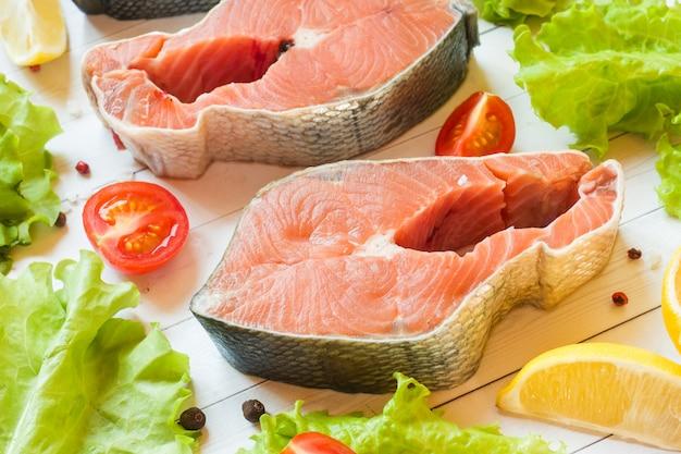 生の赤身魚のステーキ、レモンとスパイス