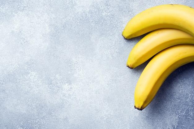 Отделение трех бананов на текстурированном фоне,