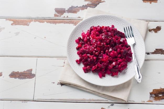 Свежий домашний салат из свеклы винегрет в белый шар. традиционная русская кухня. копировать пространство