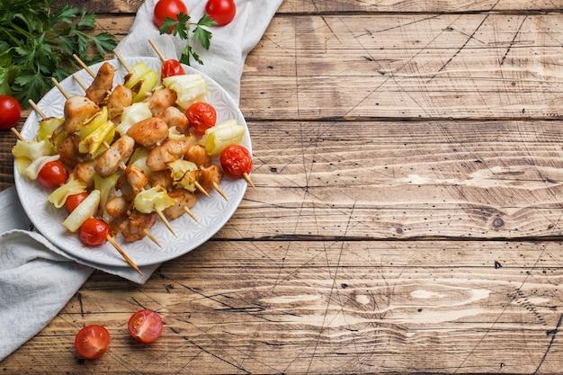 ケバブチキン、ズッキーニ、トマトの串焼き。