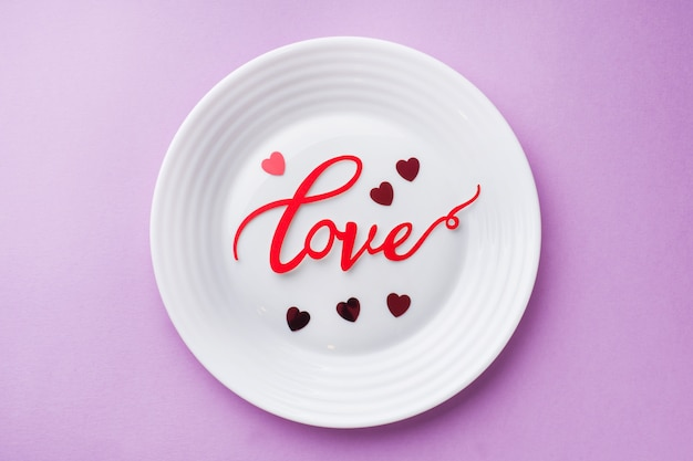 Белая табличка с надписью любовь. концепция день святого валентина.