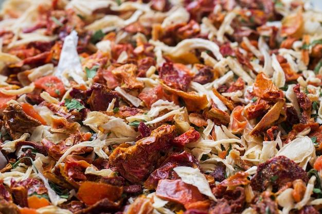 乾燥スパイス、サンドライトマト、乾燥ニンジン、バジル、プロバンスハーブ。クローズアップの選択と集中。