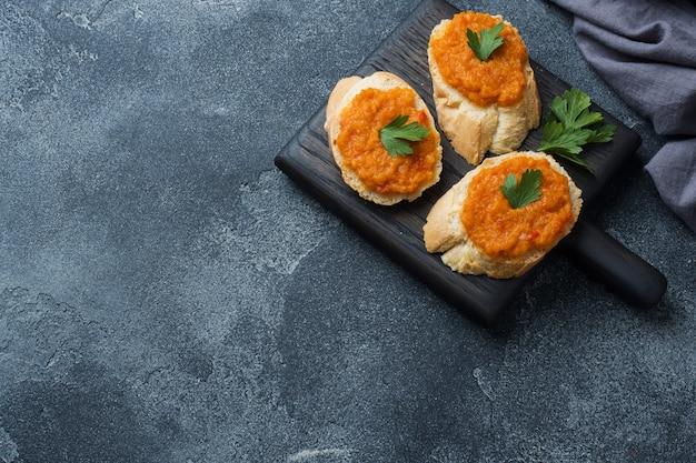 パンズッキーニキャビアトマト玉ねぎのサンドイッチ。自家製ベジタリアン料理。コピースペース。