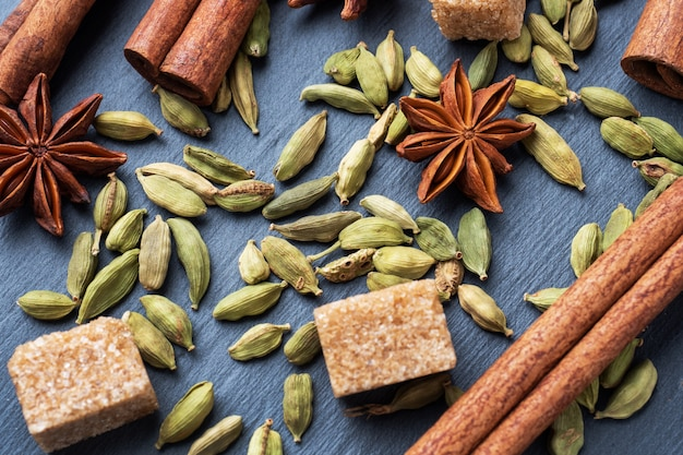カルダモンの全粒粉、シナモンスターアニス、砂糖。閉じる。インド飲み物マサラティーを作るための材料。