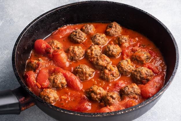 トマトソースで美味しいジューシーなミートボールを調理