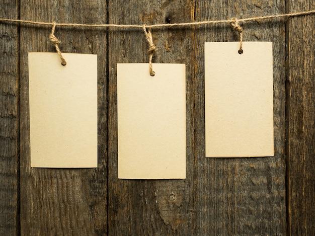 Бумажные записки на веревке на деревянных фоне. копировать пространство