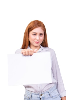 Азиатская женщина, стоя и держать чистый лист белой бумаги в руке с обтравочный контур