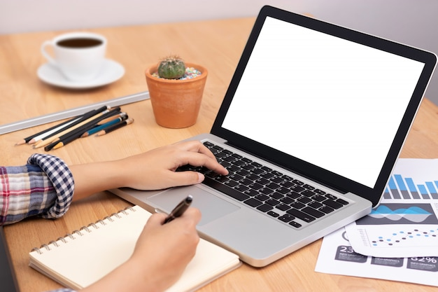 Студент использует компьютер ноутбук с белым пустым экраном для обучения онлайн