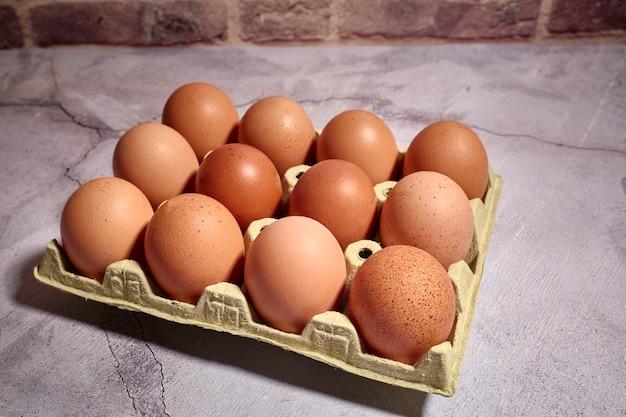 農場の鶏のオレンジ色の卵