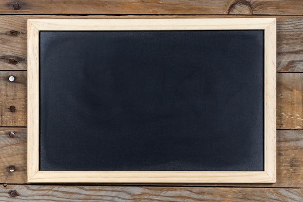 Черная доска с деревянной рамой.