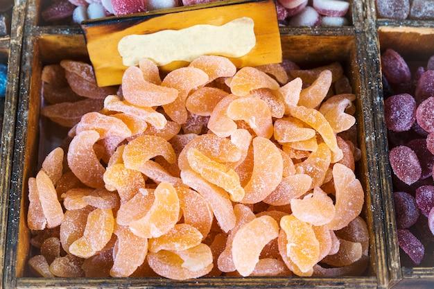 オレンジ色のグミのグループ