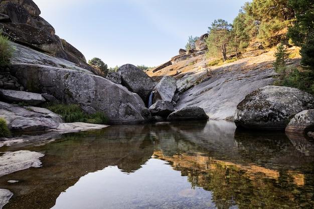 石の間を通過するときに川によって作成された小さな急な滝