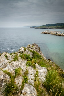 ビーチと崖