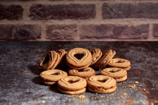 古いテーブルに甘いクッキーのおいしい束