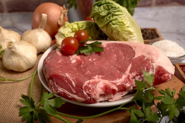 皿の上の赤い子牛肉のチョップ