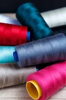様々な色の糸のスプールのグループ