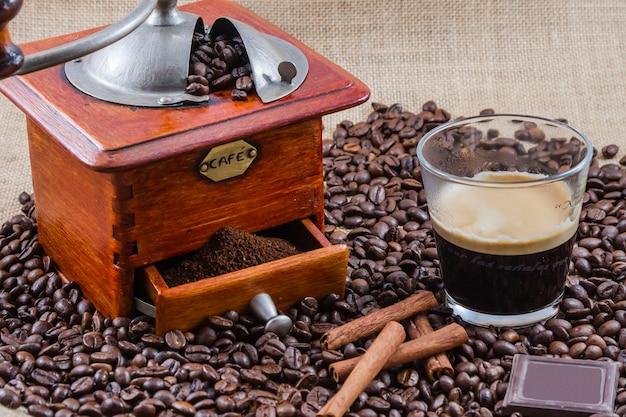 Кофе, чашка и кофемолка, сборка в студии