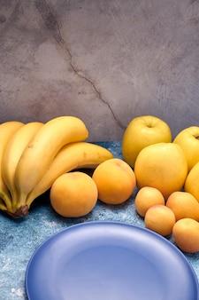 いくつかの熟した黄色とオレンジ色の果物のビュー