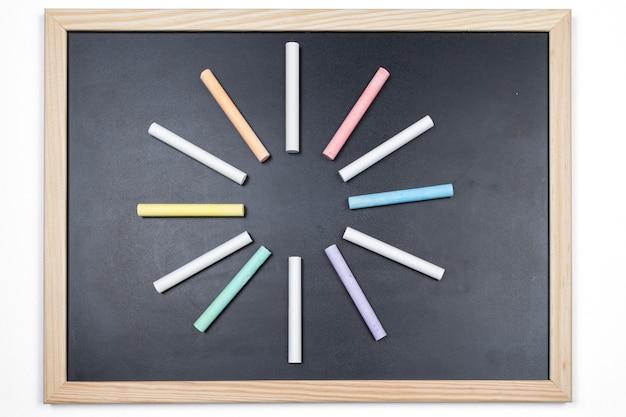色チョークで黒板