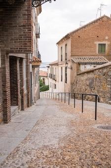 都市の石畳の通り